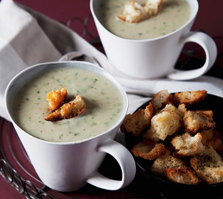 Creamy potato-spinach-soup with croutons